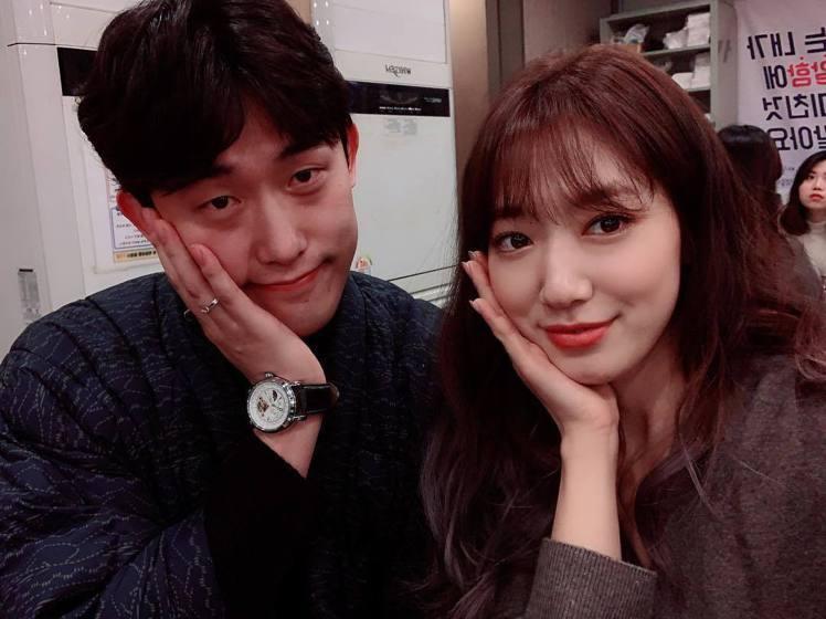 朴信惠與飾演秘書的閔鎮雄合照。圖/擷自instagram