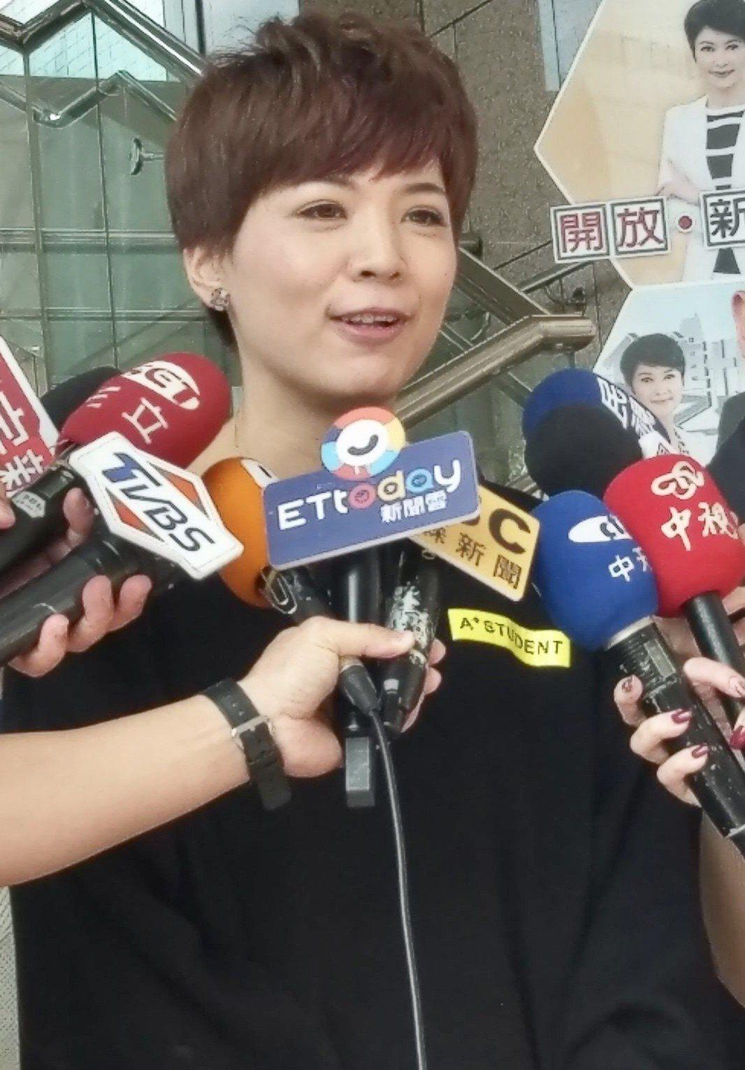 台北市議員鍾沛君被媒體拍到日前和「小鮮肉」辦公室主任藍恭唯一起過夜,上午出面回應...