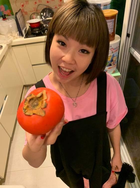 萁萁手拿柿子卻說是蕃茄。 圖/擷自黃鐙輝臉書