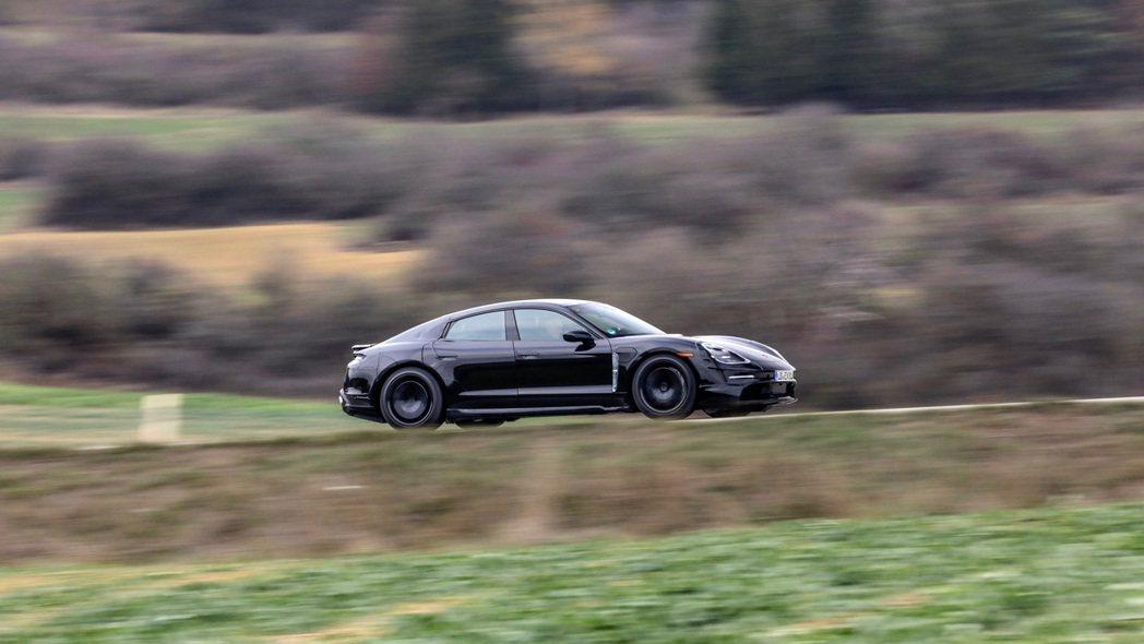 全新 Porsche Taycan 可在 4 分鐘內充滿 行駛100 公里所需電...