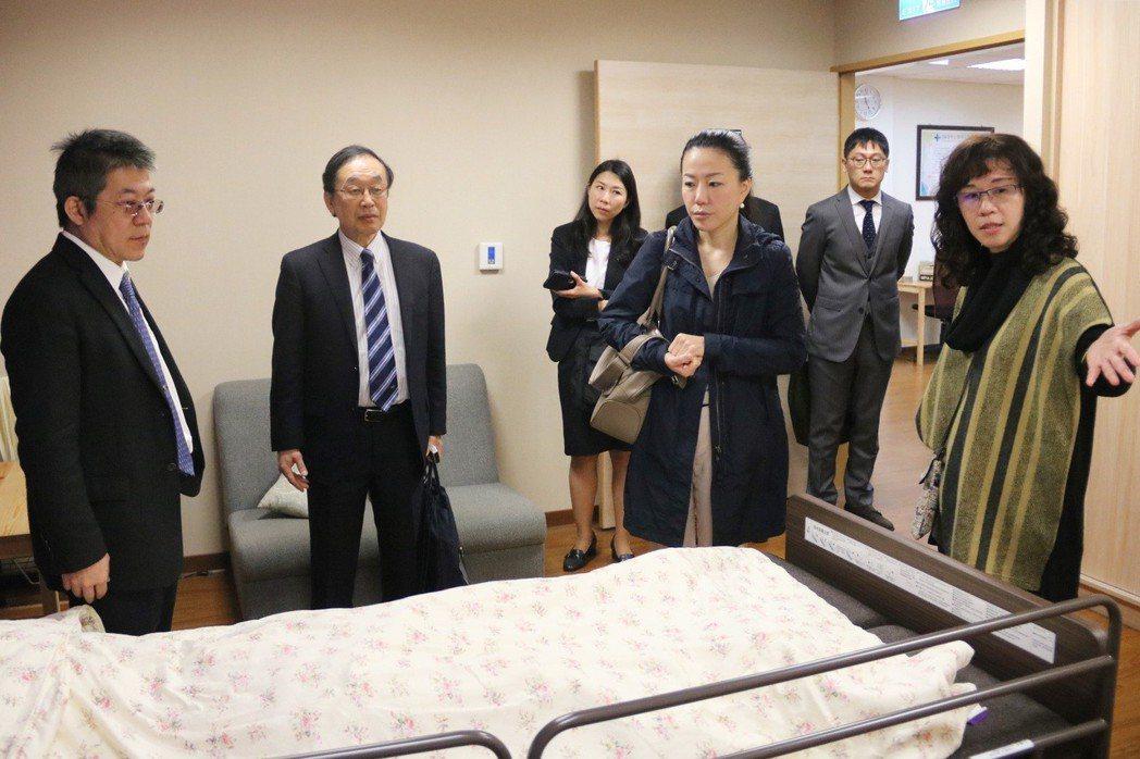 日本橫濱藥科大學參觀弘光護理實習教室。 弘光科大/提供。