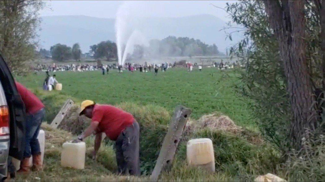 7、800名村民於是提著鍋碗瓢盆,興沖沖地到漏油現場,希望多撈個幾桶油,加減補貼...
