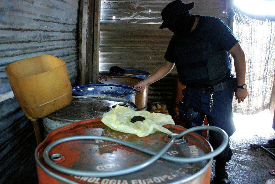 墨西哥農民平均日薪只有8美金;但盜油集團內,有經驗的「鑽孔工」一個洞就可以賺到1...
