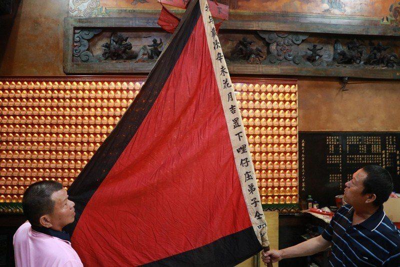 頭庄「下哩仔庄」大旗現存放於東女慈聖宮。 攝影/陳韋誠
