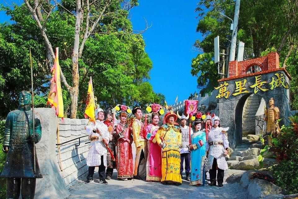 民眾裝扮成皇帝及格格,興奮地在台灣萬里長城拍照留念。台灣萬里長城/提供