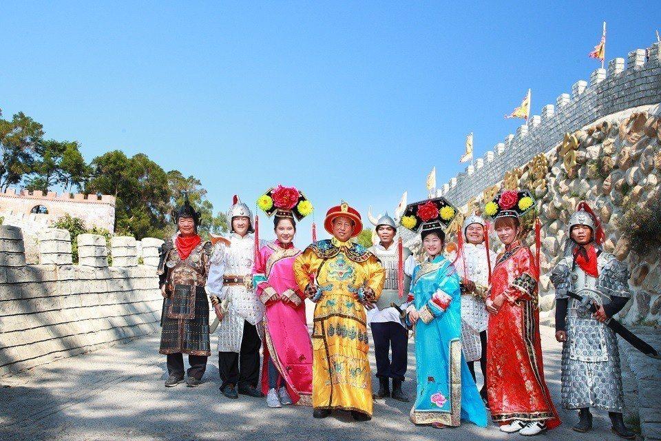 新開幕的台南白河「台灣萬里長城」,擁有超過500套的宮庭戲服,吸引大批喜愛宮庭劇...