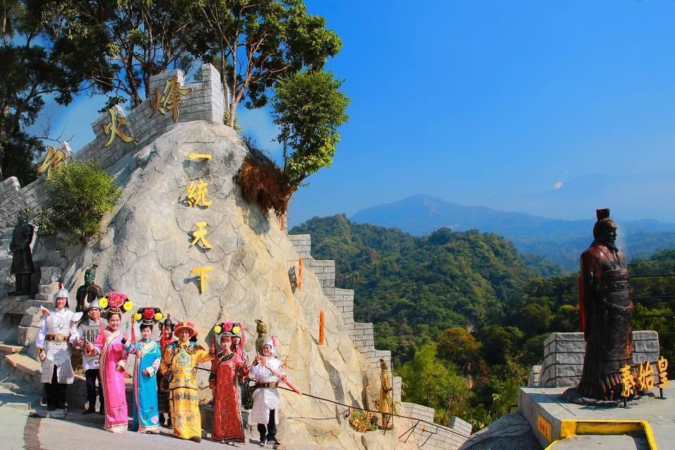 民眾裝扮成皇帝及格格,在台灣萬里城烽火台旁拍照留念。台灣萬里城/提供