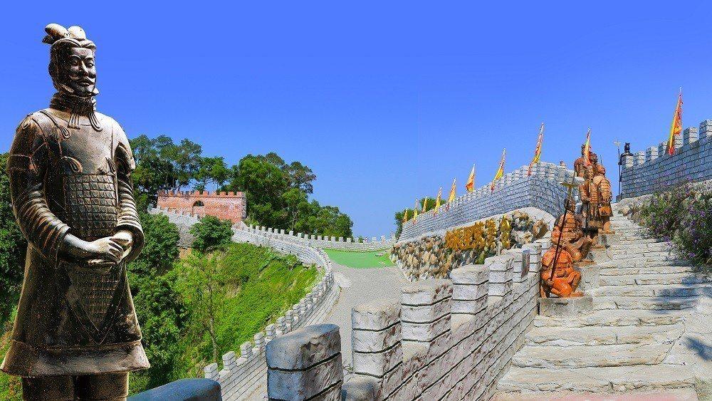 台灣萬里長城區內,處處有兵馬俑駐守。台灣萬里長城/提供