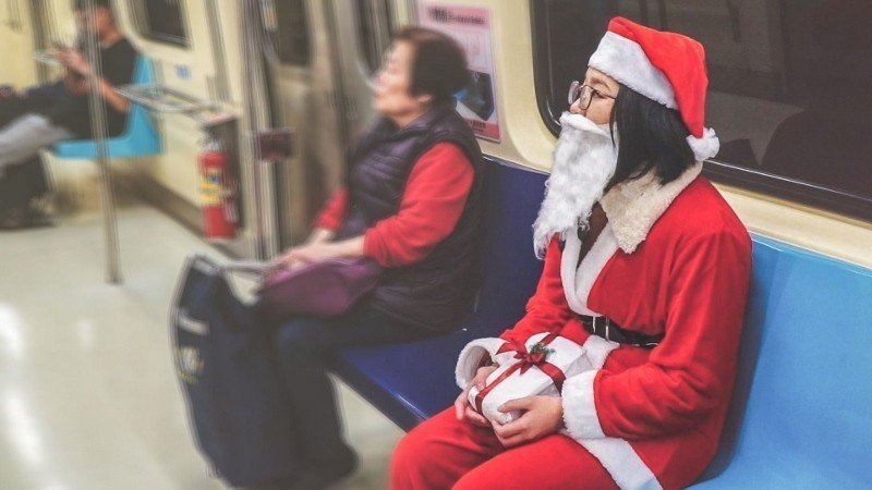 2018年聖誕節檔期,Giftpack的外送員喬裝成聖誕老公公,搭乘台北捷運親送...