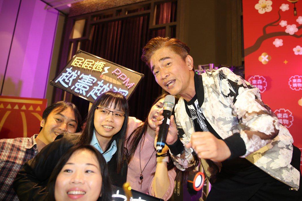 憲哥與東森購物粉絲同歡高歌。東森購物/提供
