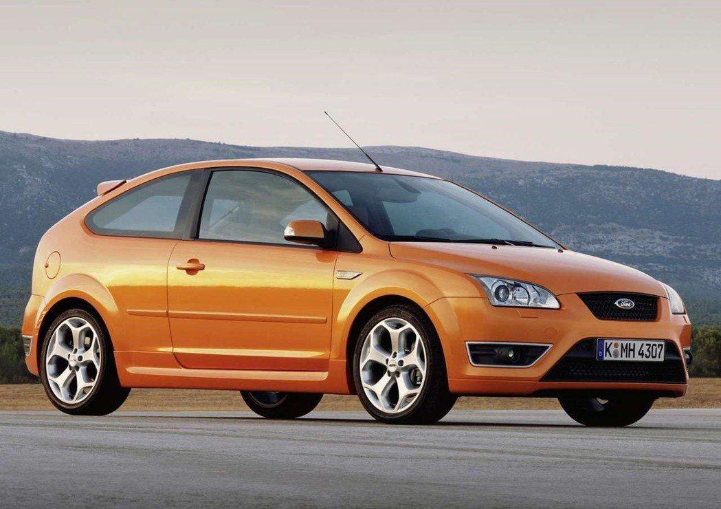 Ford當時也採用限量引進Focus ST,有225hp的馬力與6速手排變速箱,...