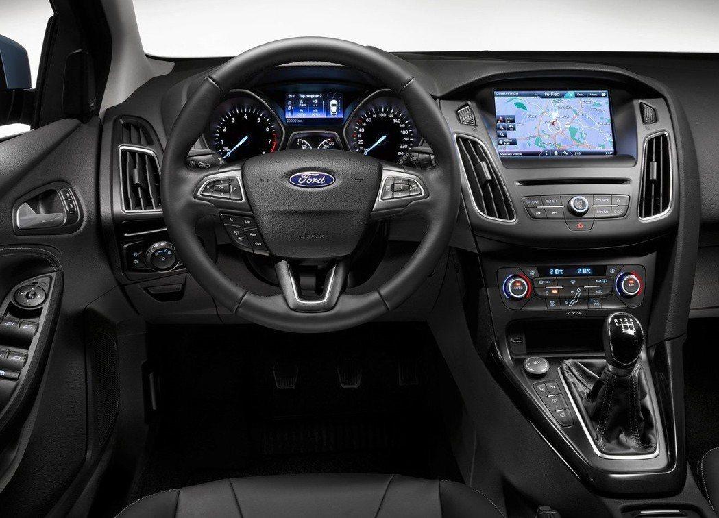 第三代Focus小改後更換了三幅式方向盤,更具運動感受。 摘自Ford