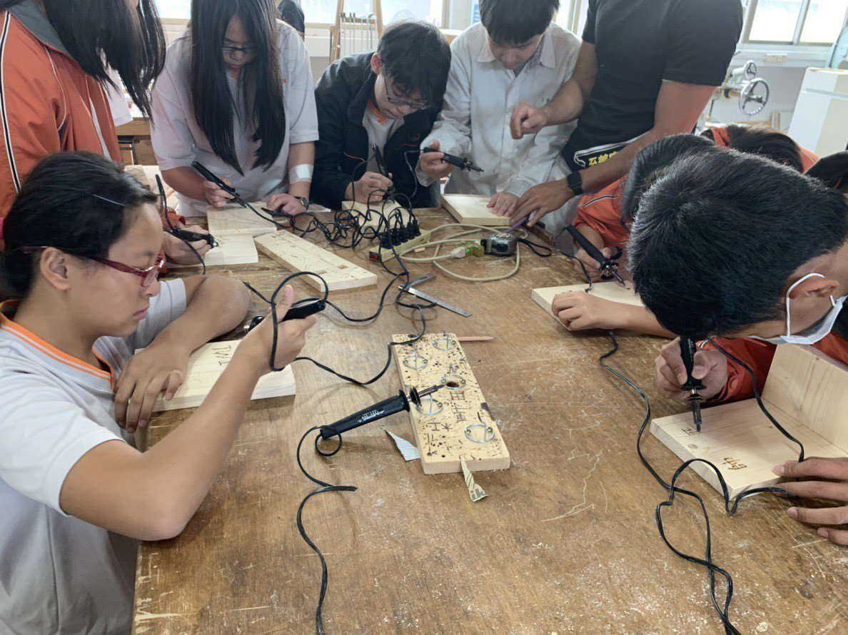 學生在工作台上聚精會神完成所有工作。圖/私立至善高中提供