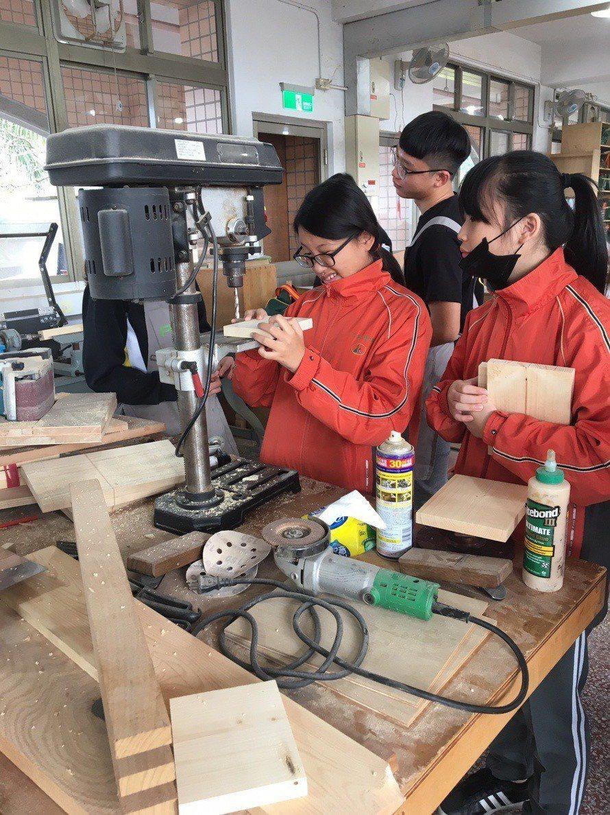 學生自己操作機器,把握每一個學習機會和細節。圖/私立至善高中提供