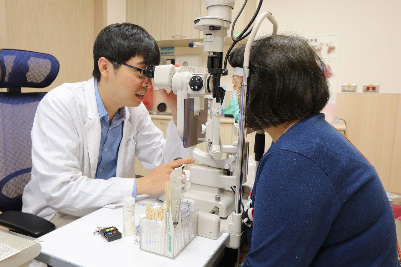 亞洲大學附屬醫院眼科部醫師蘇振文指出,急性或慢性隅角閉鎖性青光眼有些症狀與內科疾...