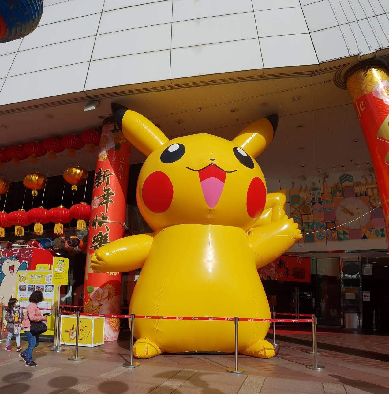 7公尺高的巨型皮卡丘出現在台北SOGO忠孝館門口。圖/SOGO提供