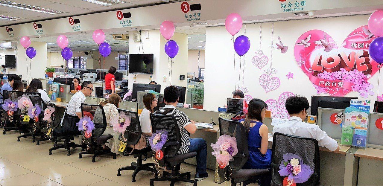 內政部今天表示,民眾若想指定春節連假期間為結婚生效日,可提前於1月30日至2月1...