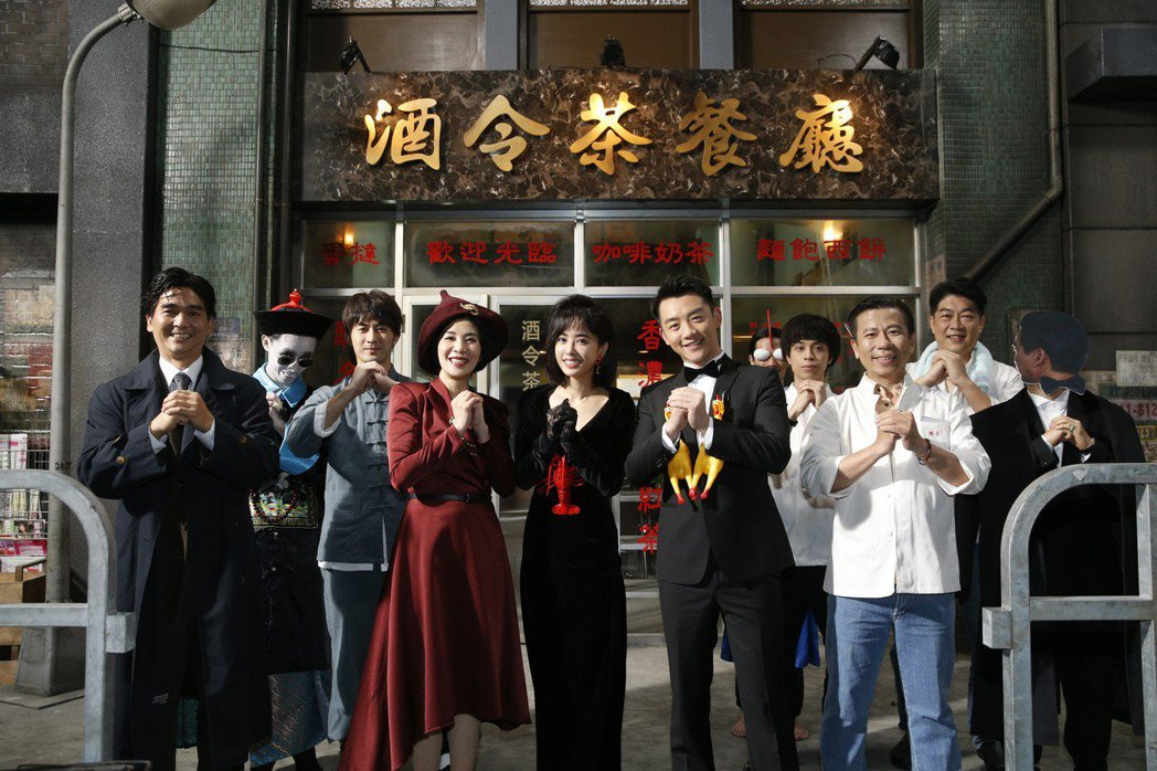 吳君如(左四起)、蔡依林、鄭愷及工作人員一起向大家拜年。圖/索尼音樂提供
