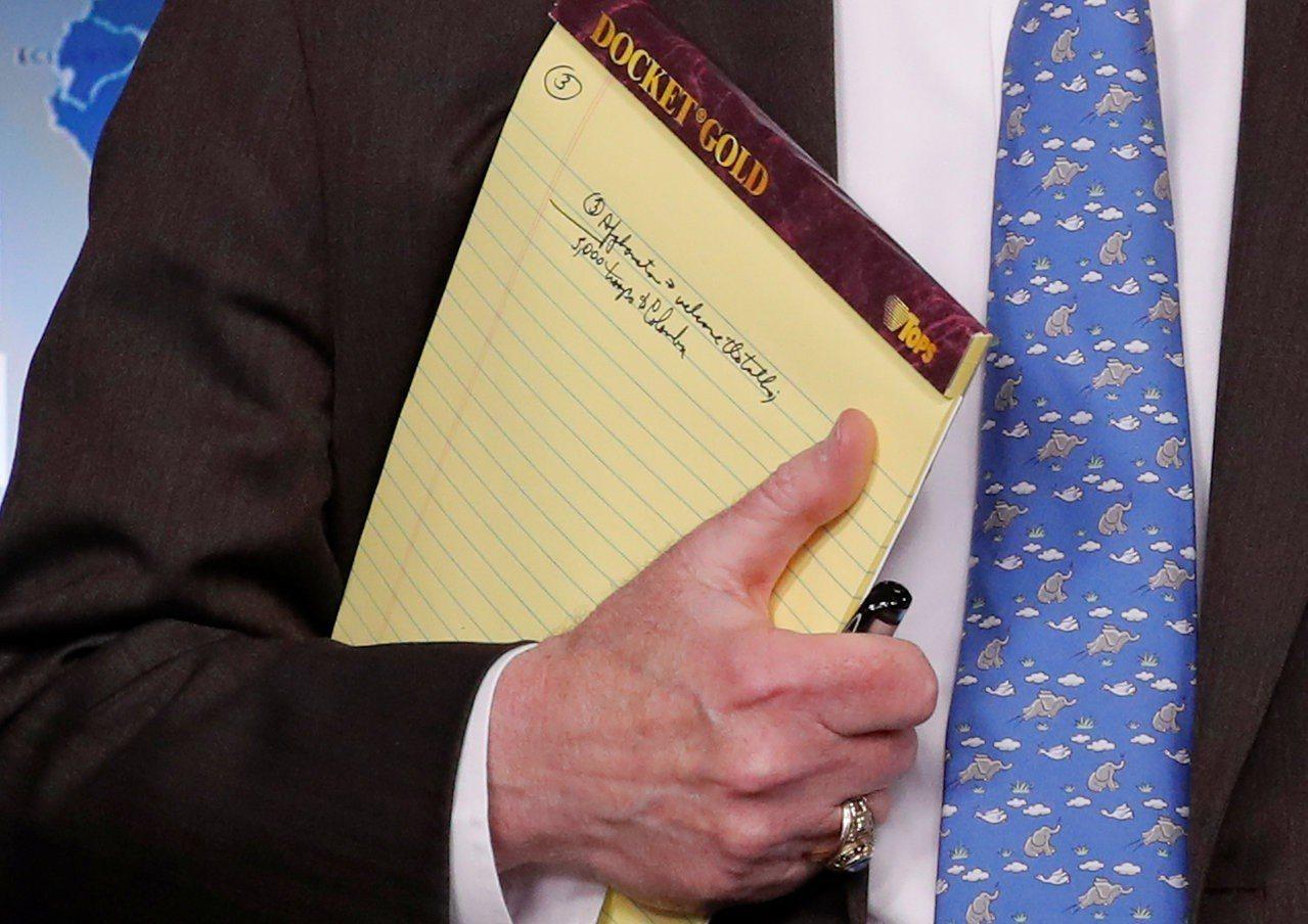 美國國家安全顧問波頓28日在白宮向記者簡報前,攝影記者拍到他的記事本上寫著:「派...