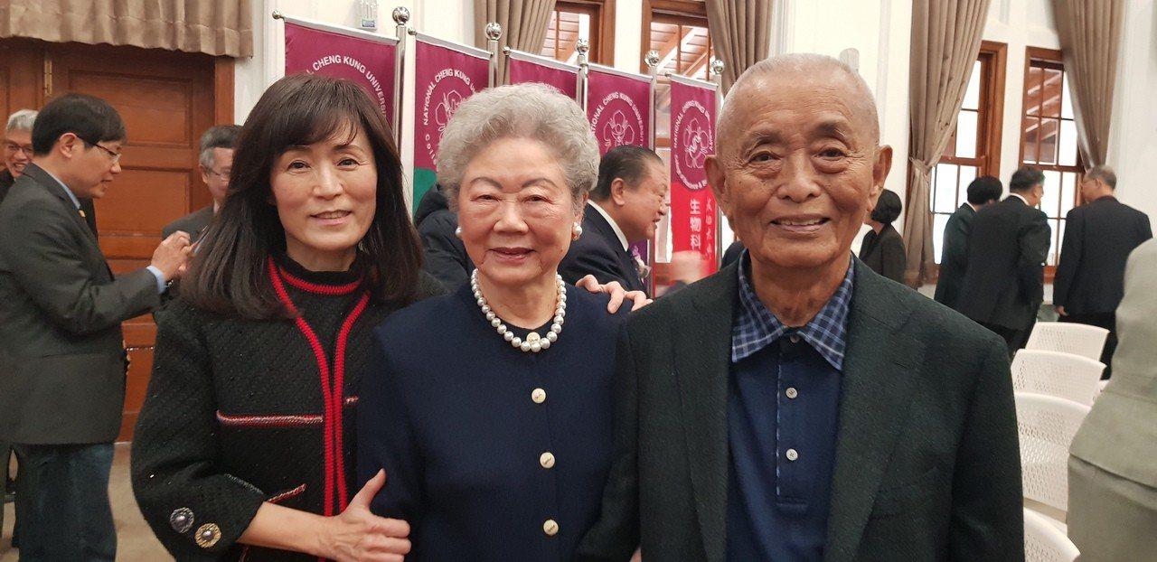 成大校長蘇慧貞(左)上午舉辦續任致聘典禮,開心與父母合影。記者修瑞瑩攝影