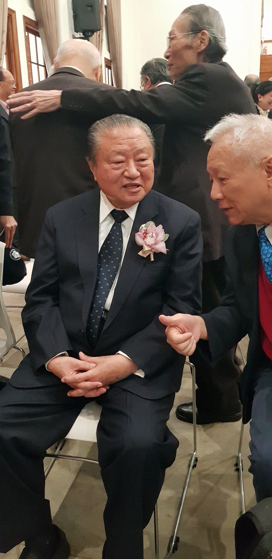 成大上午舉辦校長蘇慧貞續任致聘典禮,台達電創辦人鄭崇華到場。記者修瑞瑩/攝影