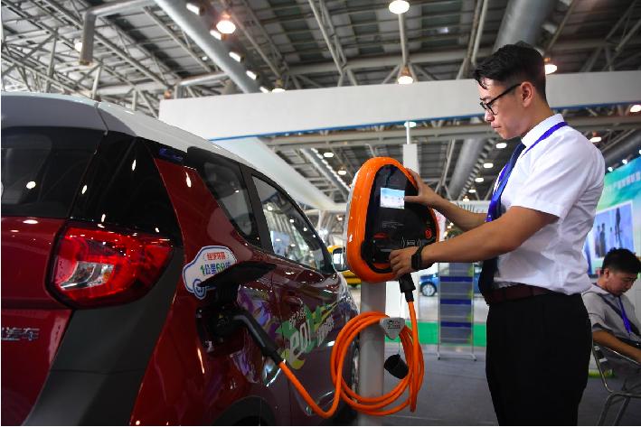 中共發改委認為,消費是經濟增長的最大驅動力,而汽車消費是最關鍵行業。(路透)