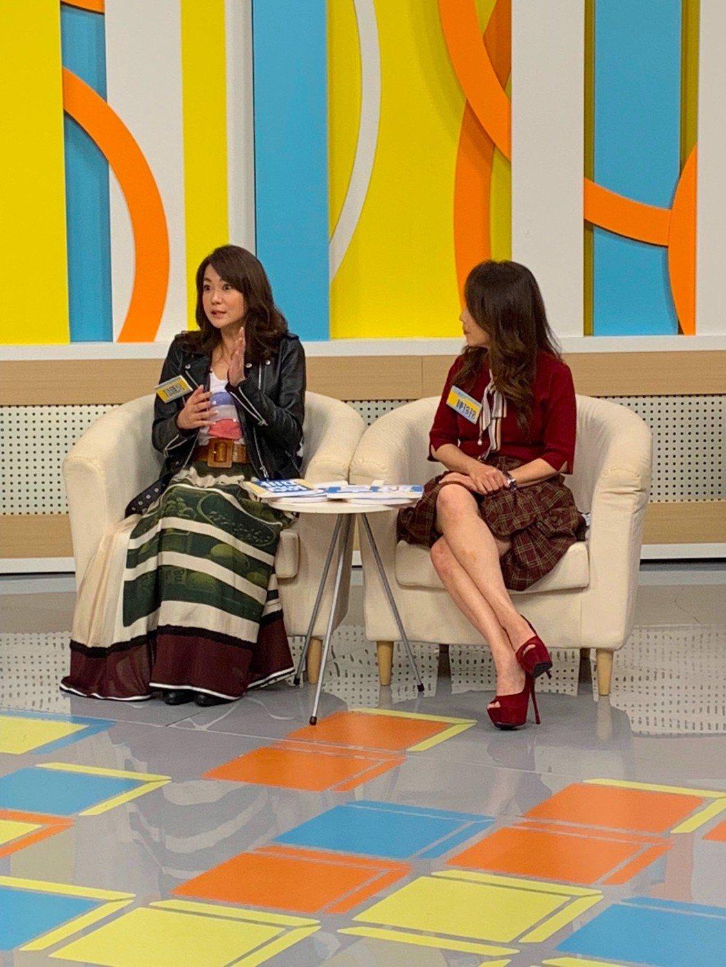 柯雅馨(左)日前上高點「震震有詞」。圖/和展影視提供