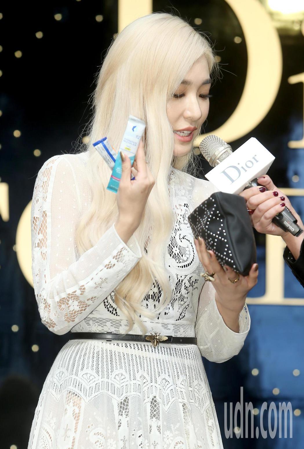 韓團「少女時代」前成員蒂芬妮(Tiffany)公開自己的隨身化妝包,隨身攜帶維他...