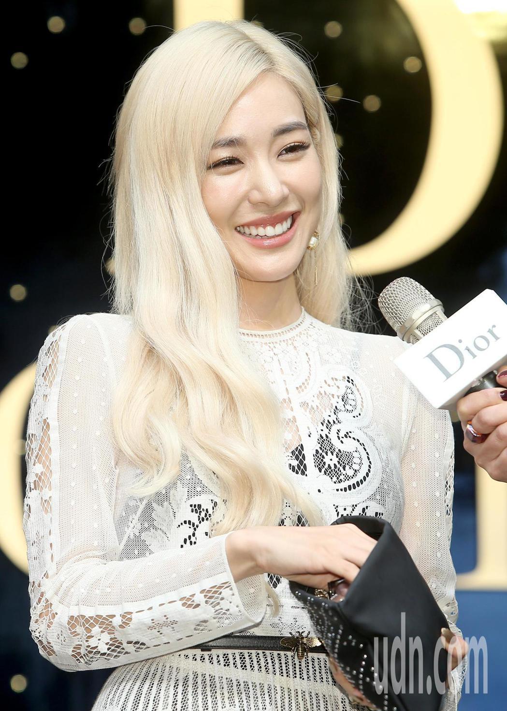 韓團「少女時代」前成員蒂芬妮(Tiffany)公開自己的隨身化妝包。記者余承翰/...