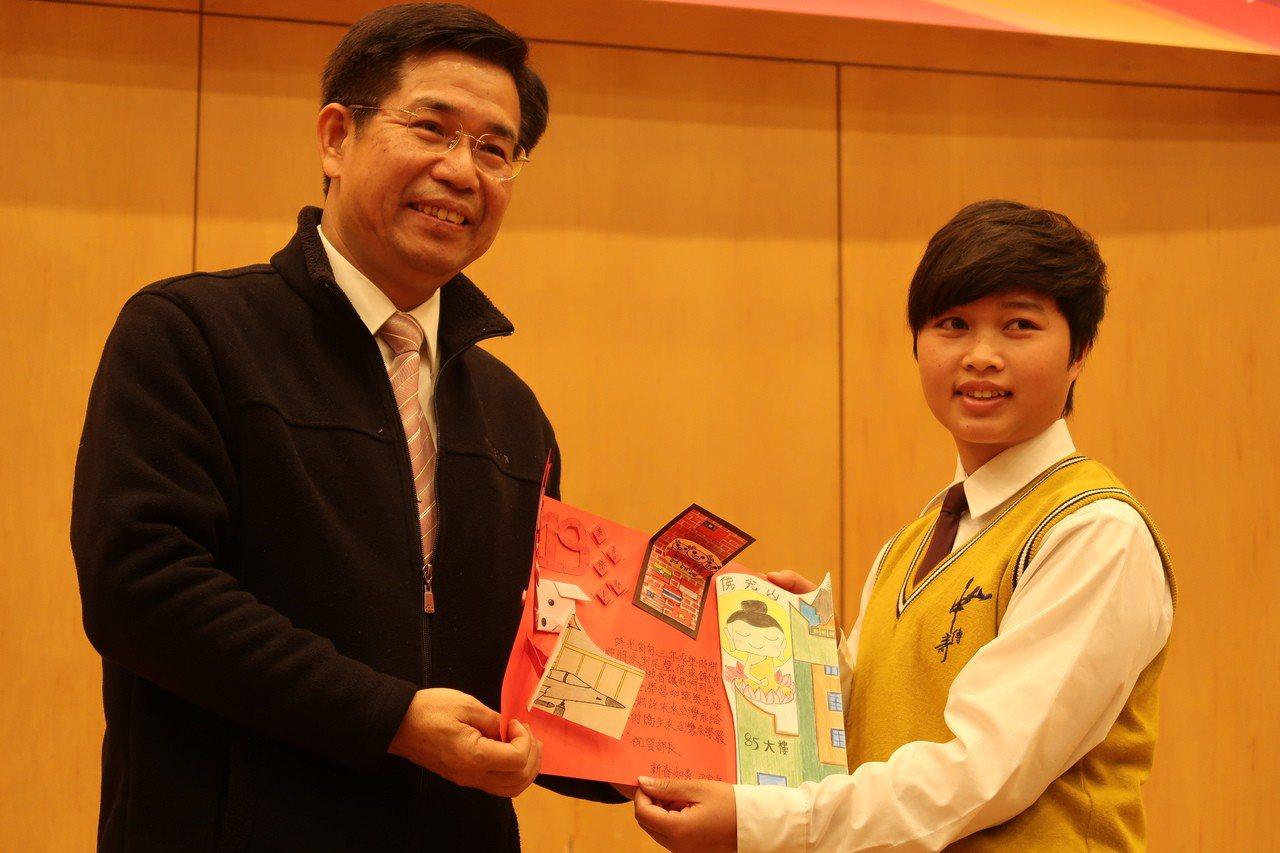 中山工商僑生製作精美卡片送給教育部長潘文忠。記者徐如宜/攝影