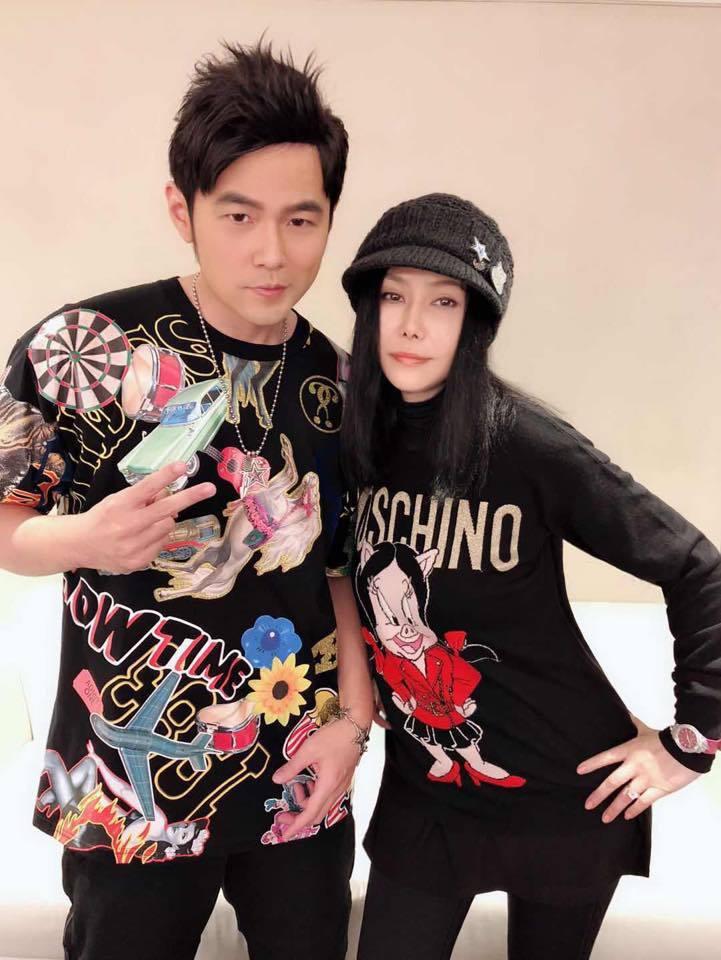 江蕙(右)去年底趁空到澳門欣賞周杰倫的演唱會。圖/摘自臉書