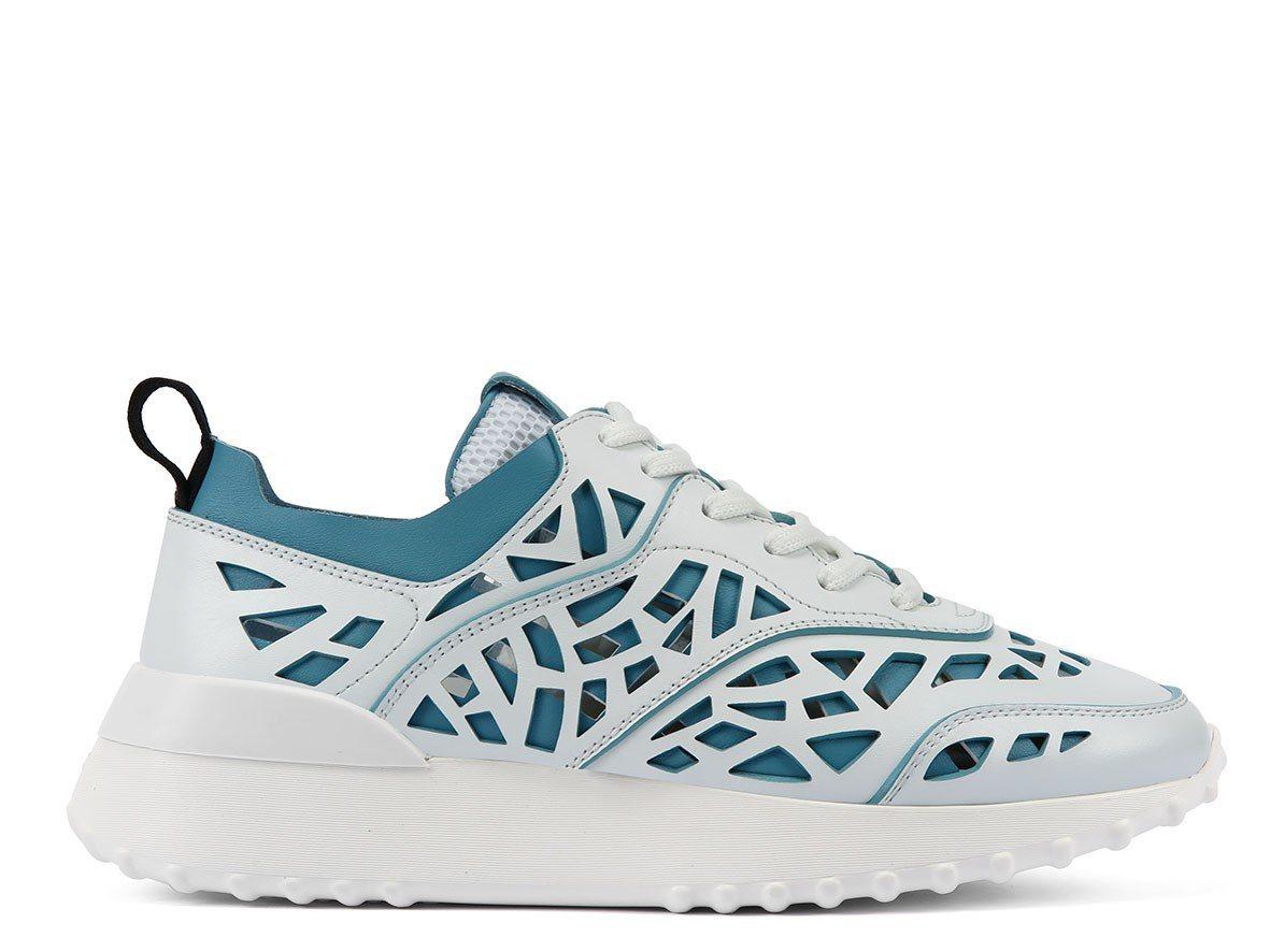 鏤空雕花水藍色女士休閒鞋,售價28,500元。圖/TODS提供