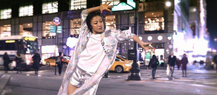 簡珮如在第六大道美國銀行中心前,以金屬感的透膚烏干紗面料起舞。圖/夏姿提供