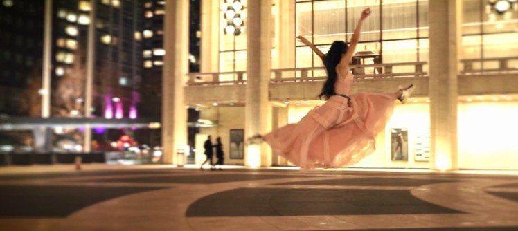 粉紅長禮服透過大幅擺動,展現簡珮如舞蹈的優雅姿態。圖/夏姿提供