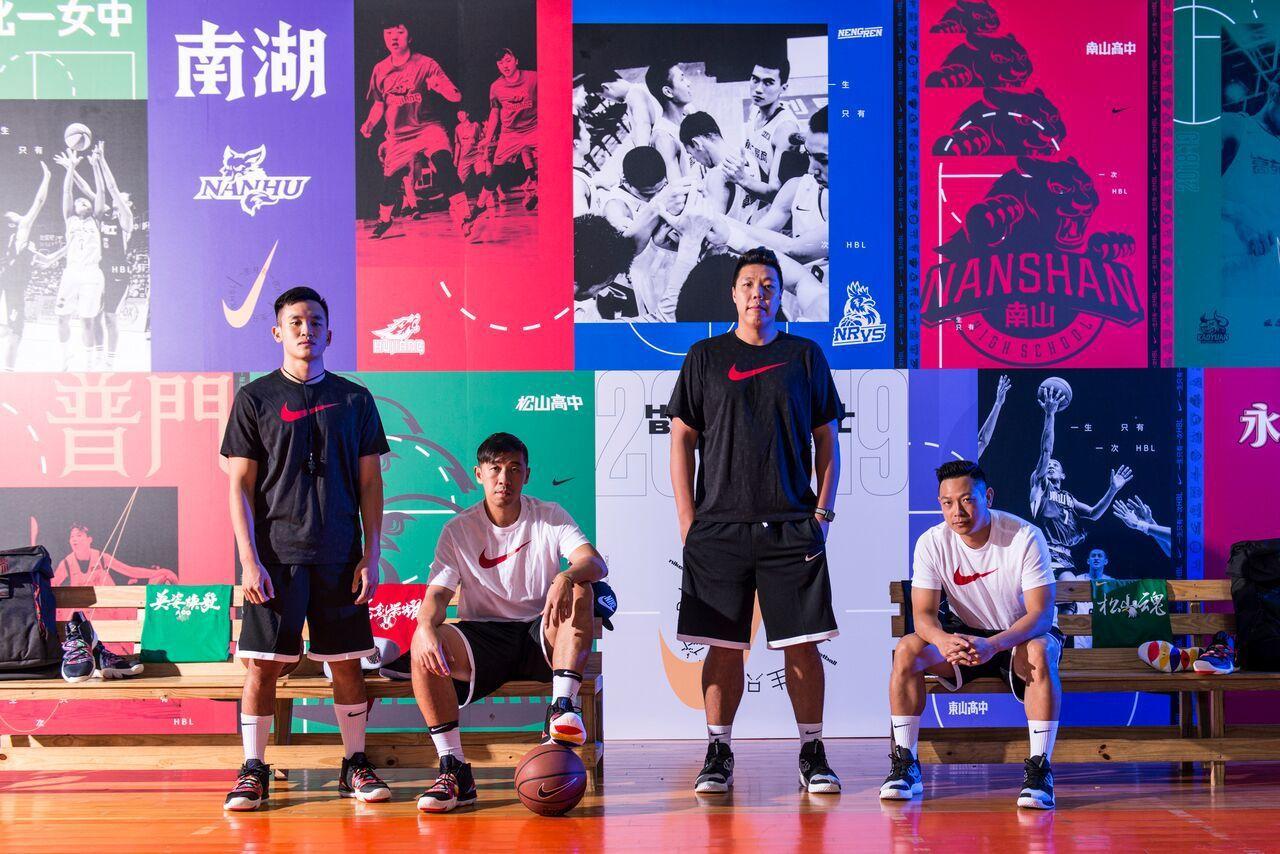黃柏偉(左一)、楊哲宜(左二)、吳建龍(右二)和許皓程今天擔任籃球訓練營教練。圖...