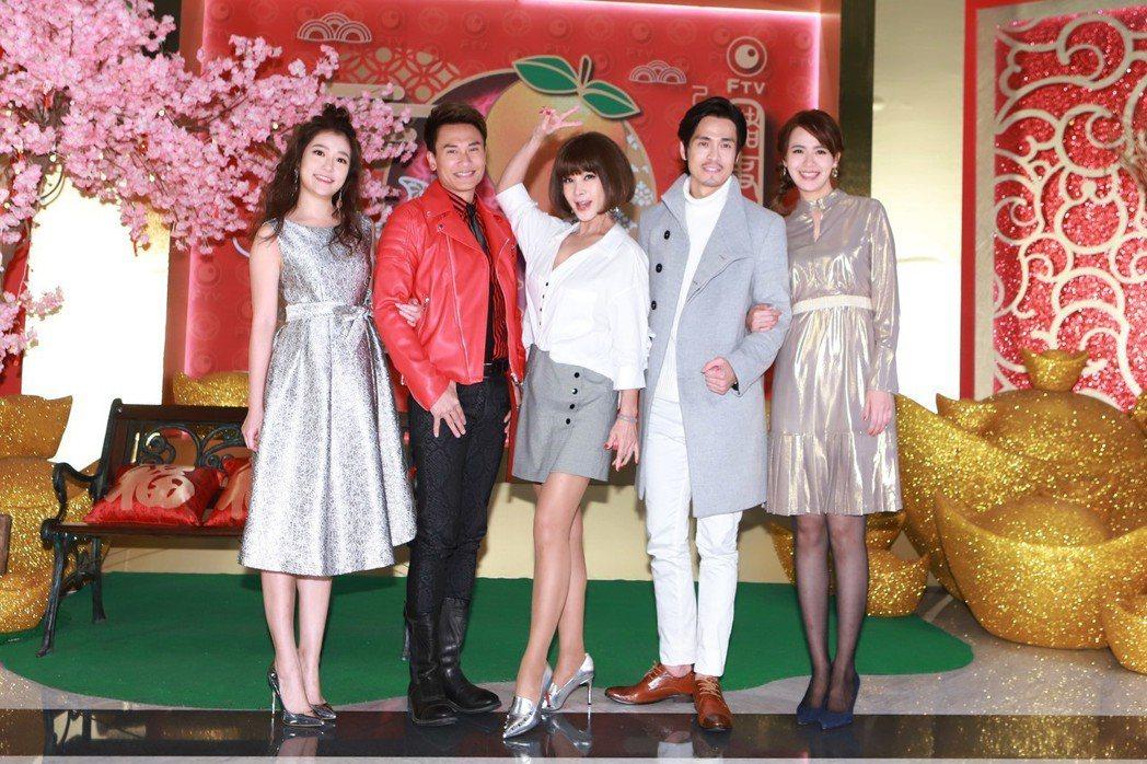 郭亞棠(左起)、王建復、陳美鳳、Gino、呂佩芬出席民視尾牙。圖/民視提供