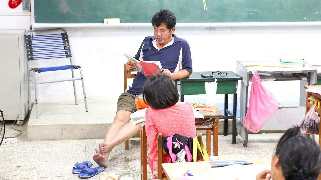 謝明賢在學校常穿著拖鞋與學生玩在一片,親和力極佳,是學生口中的「謝爸」。圖/翻攝...