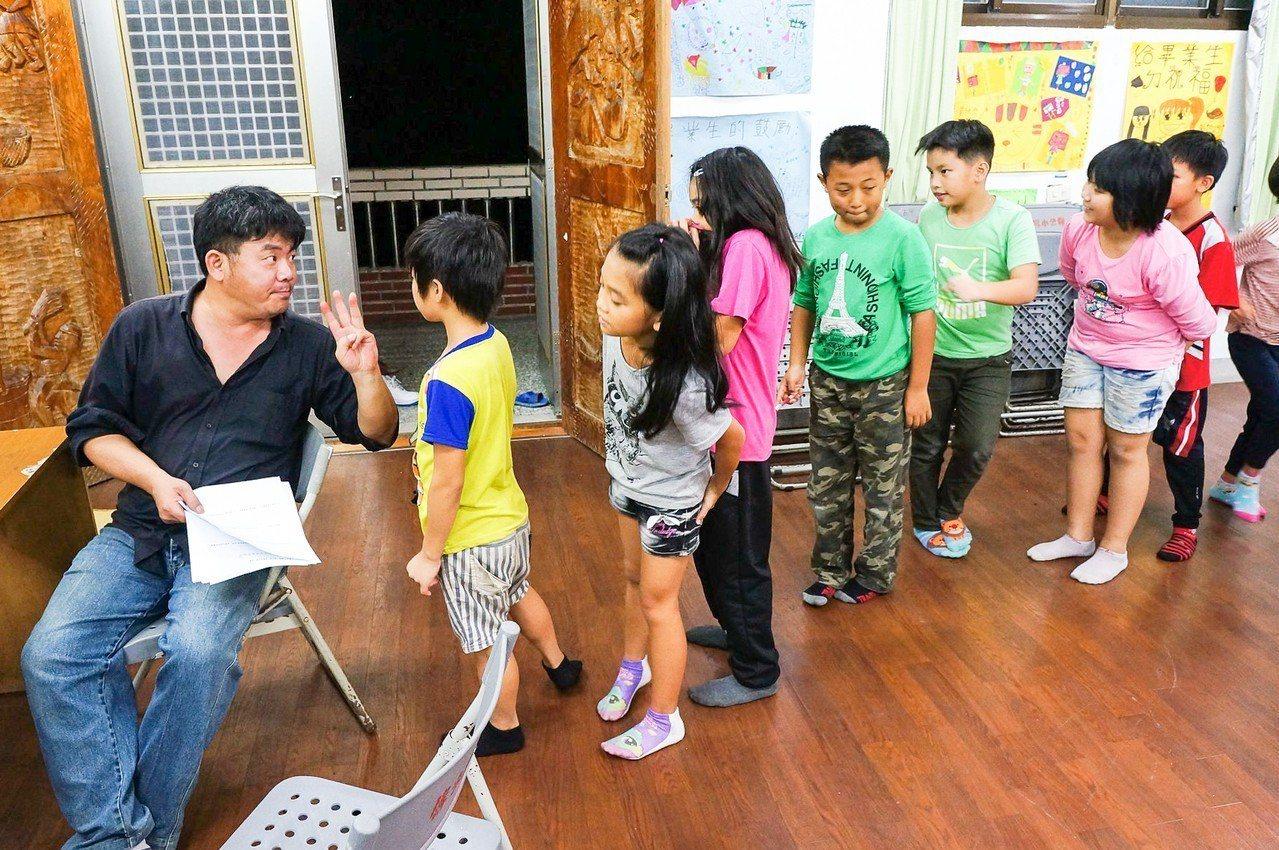 謝明賢生前與孩子交流的畫面。圖/翻攝謝明賢臉書