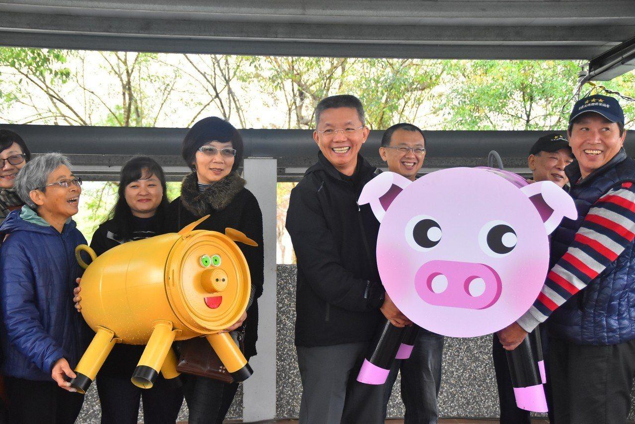 宜蘭縣三星鄉長李志鏞(右4)歡迎遊客散步看小豬。圖/宜蘭縣三星鄉公所提供