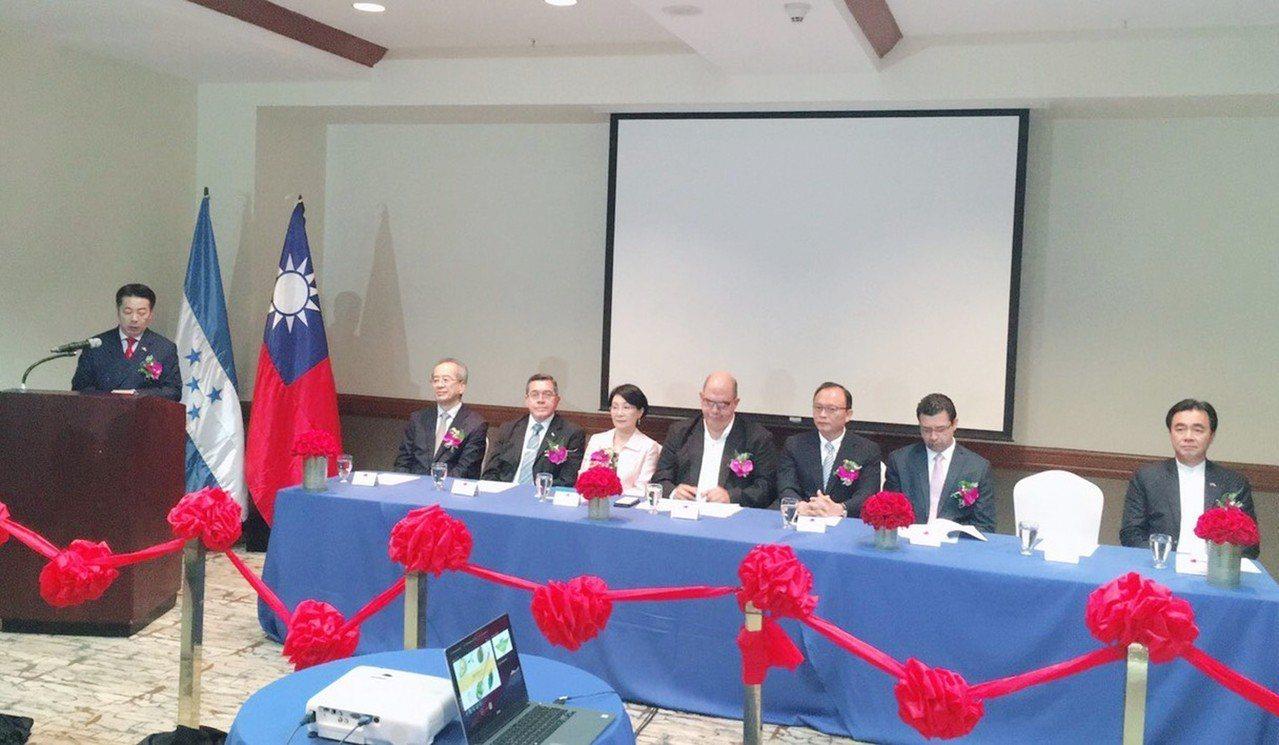 台灣農業投資公司在中美洲友邦宏都拉斯成立子公司,成立儀式由台農投董事長楊世沛(左...