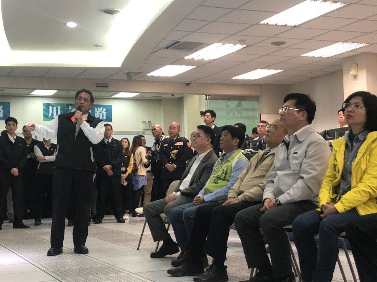 行政院長蘇貞昌、交通部長林佳龍聽取交通部高公局長趙興華(左)針對春節疏運簡報。 ...