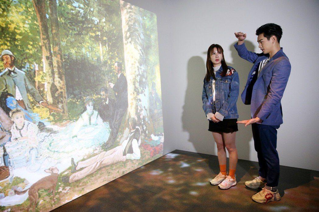 安心亞(左)和禾辰浩(右)看普希金特展。記者邱德祥/攝影