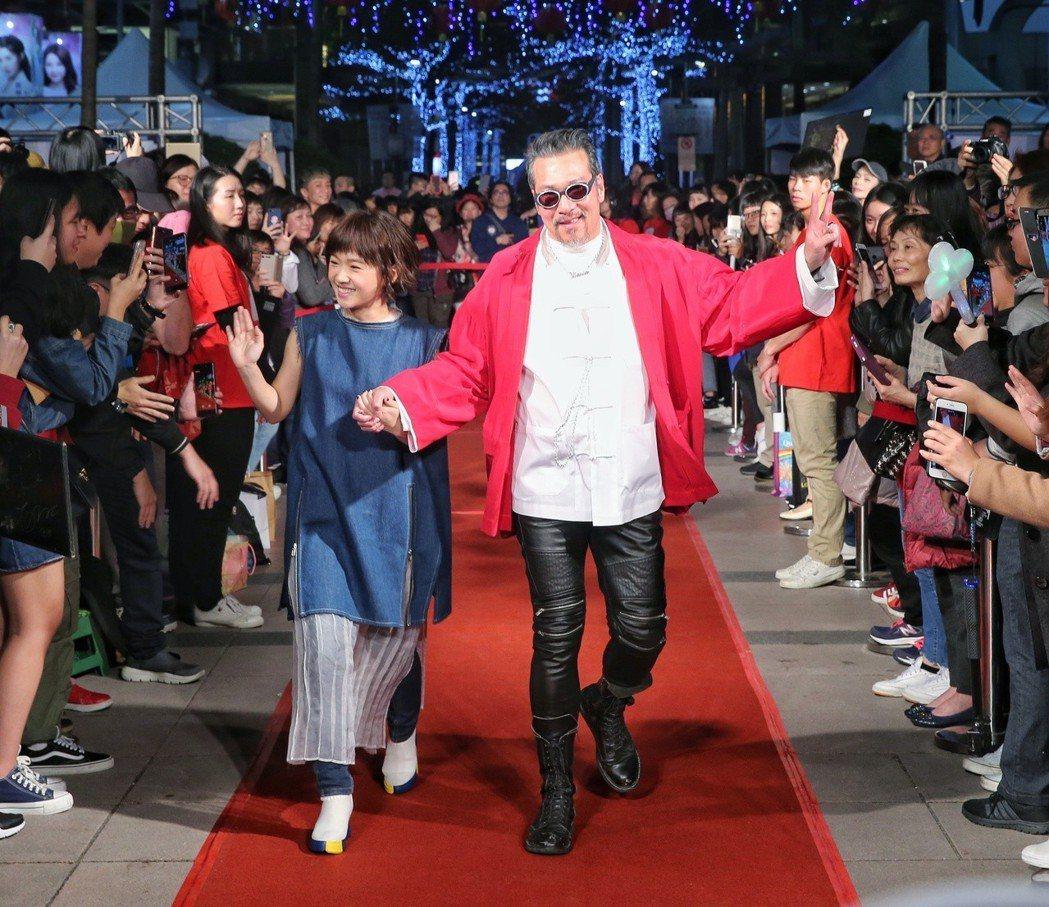 嚴正嵐(左)、黃仲崑(右)出席電影首映會。記者鄭清元/攝影