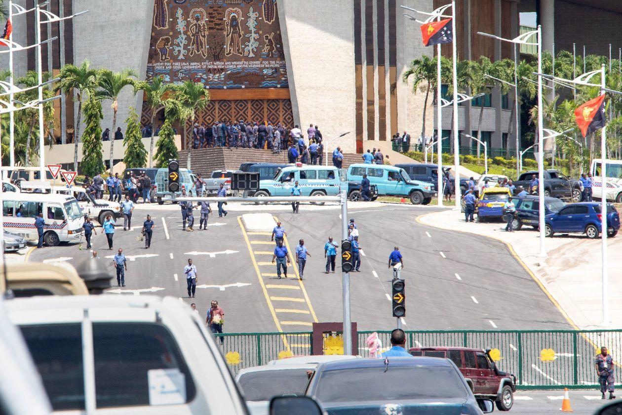 在APEC峰會落幕後不久,巴紐警察因不滿遭欠薪水而闖進國會。 (法新社)