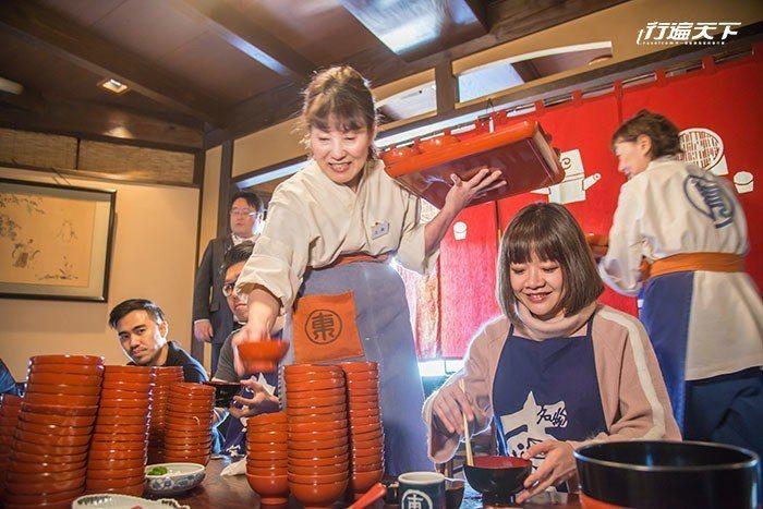 圖/如大胃王般一碗一碗不停地大吃東家碗子蕎麥麵,過癮競賽。