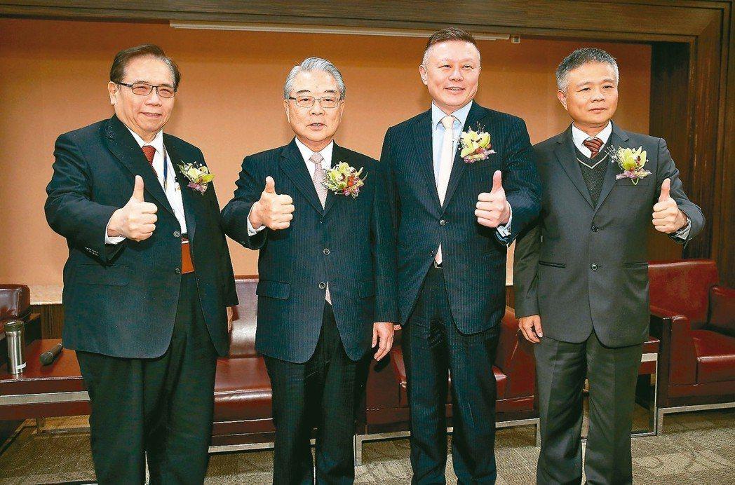 新金寶集團舉辦旺年晚會、康舒總經理高青山(左起)、金寶董事長許勝雄、新金寶執行長...