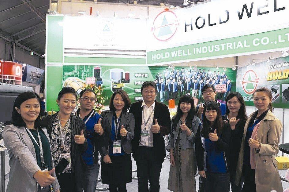 協理黃士瀅(左五)、經理黃湘怡(左四)與豪力輝夥伴於展場合影。 黃奇鐘/攝影
