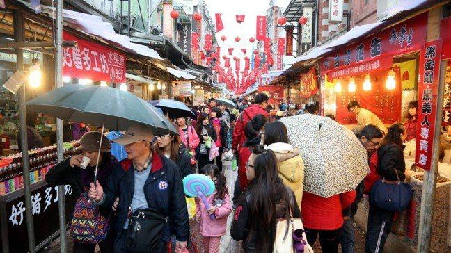 台北市迪化年貨大街。 報系資料照。