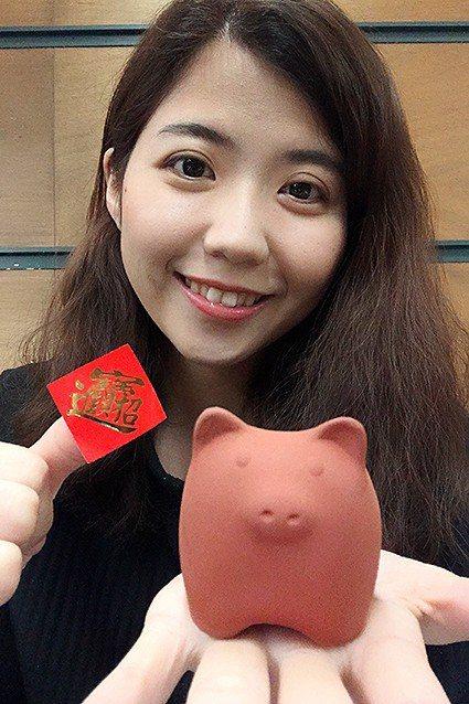 陶博館今年的入館禮是限量168隻「豬泥」發財的朱泥豬,祝福大家豬年一路發。 陶博...