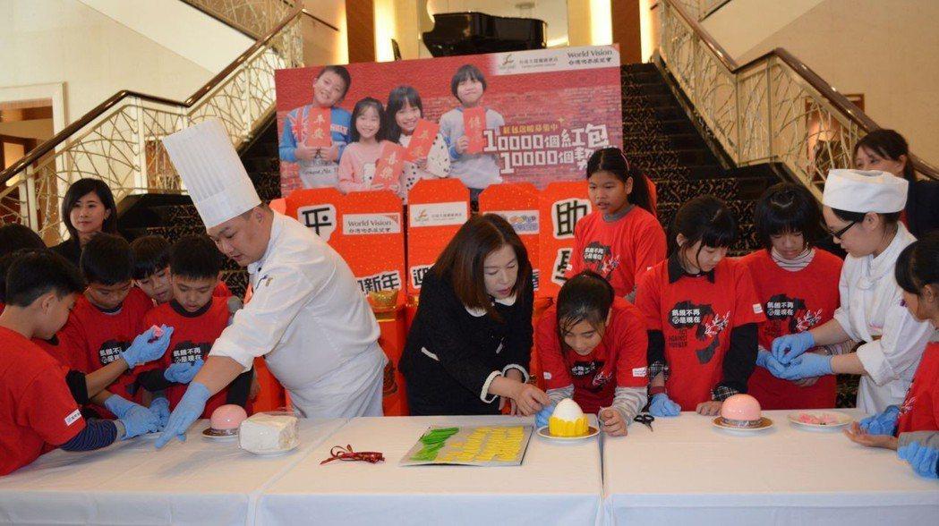 嚴心誼與主廚帶領世界展望會台南中心小朋友DIY新春造型蛋糕。  陳慧明 攝影